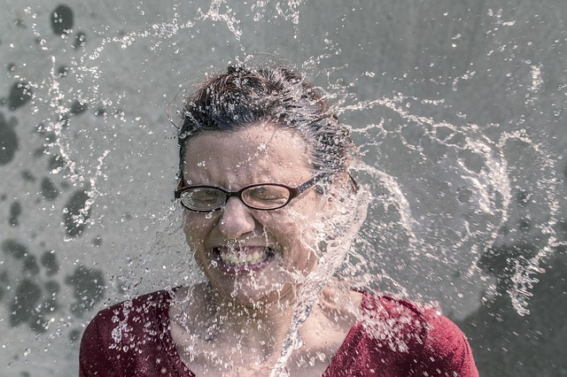 žena politá vodou