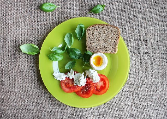 vejce + chléb+ tvaroh + rajče