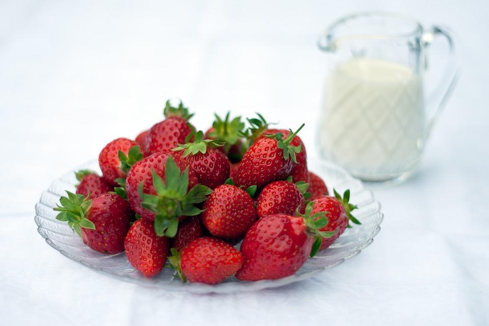 acidofilní mléko + jahody