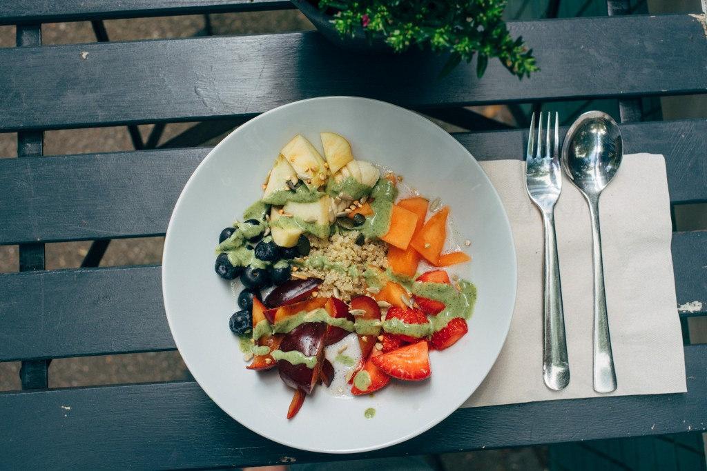 ovocný salát s quinoou
