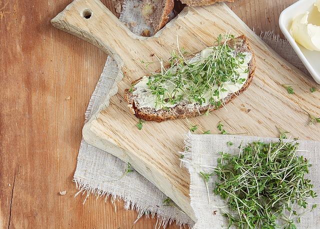 žitný chléb s lučinou a s řeřichou