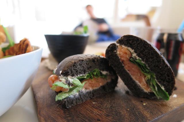 celozrnný sendvič s uzeným lososem a ledovým salátem