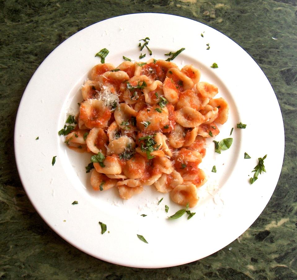 Celozrnné těstoviny s rajčatovou omáčkou a žampiony, nízkotučný sýr