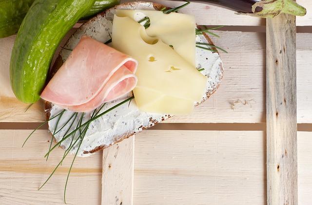 celozrnný chléb se šunkou, sýrem a okurkou
