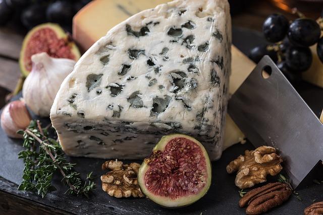 plísňový sýr + ořechy