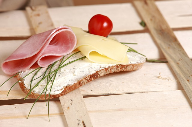žitný chléb se šunkou, sýrem a rajčetem