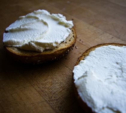 celozrnný chléb + tvarohová pomazánka