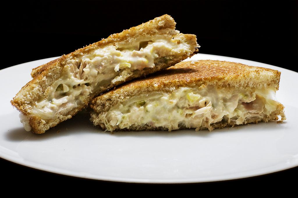 Bezlepkový sendvič s tuňákem a cibulí