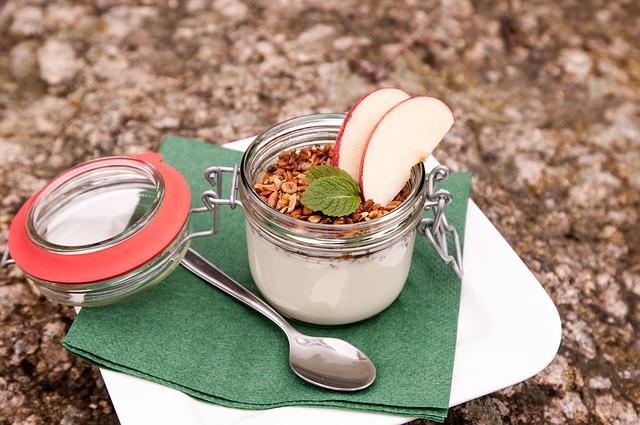 jogurt s jablkem a müsli