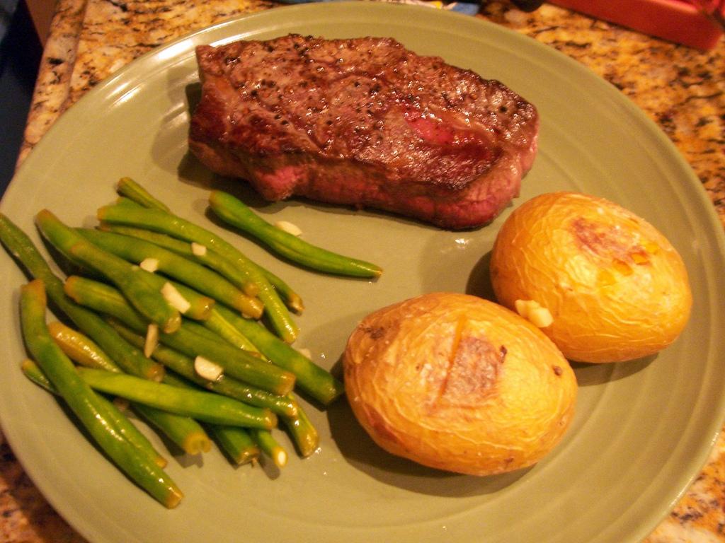 hovězí steak s fazolkami a bramborem