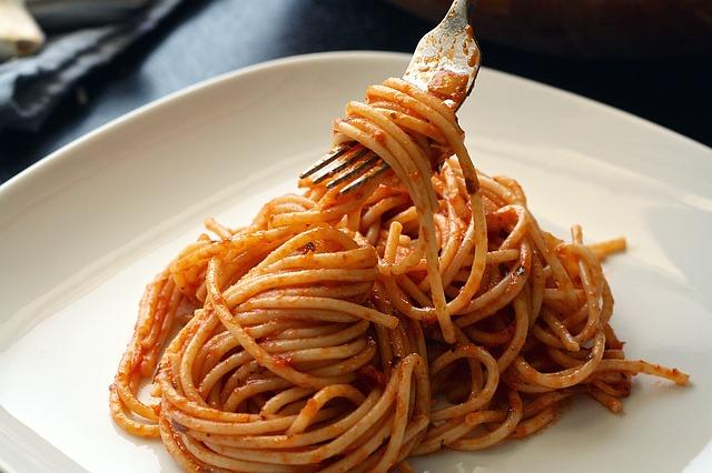 Kukuřičné těstoviny s rajčatovou omáčkou a kuřecím masem