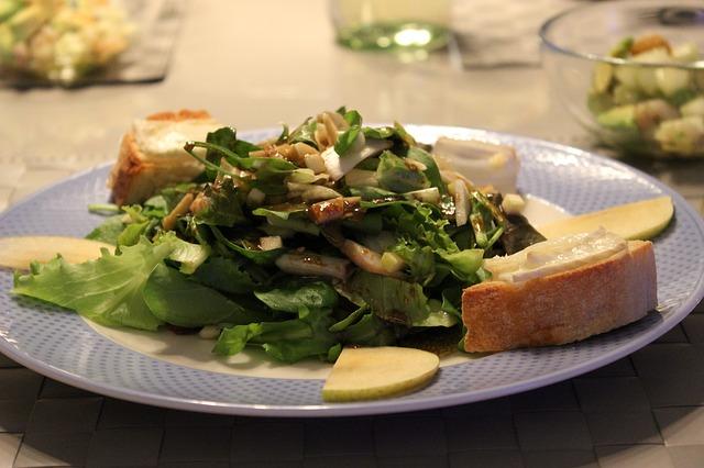 Salát s kozím sýrem a medem, bezlepková bagetka
