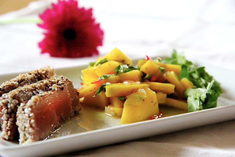 Pečený steak z tuňáka, brambory a česnekový dip, salátek