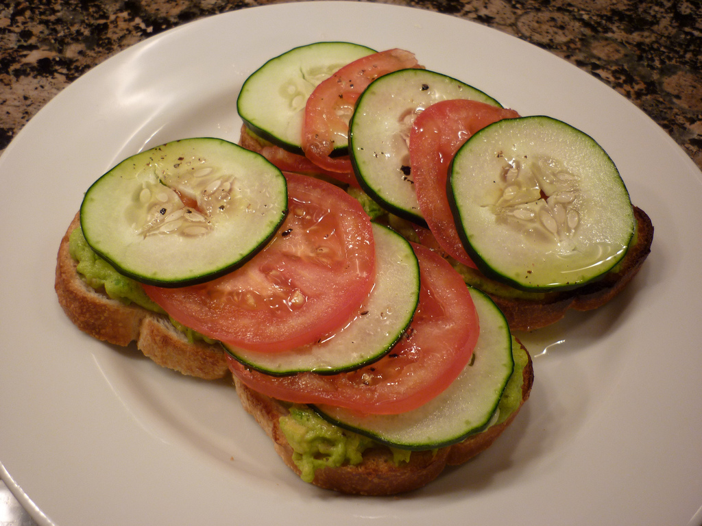 sendvič s plátky avokáda, rajčat a okurek