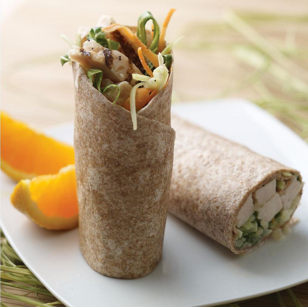 Celozrnný wrap s libovým kuřecím masem a zeleninou