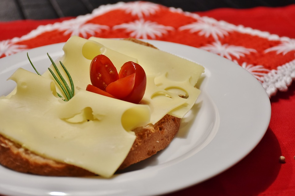 Žitný chléb s lučinou a eidam light, rajče