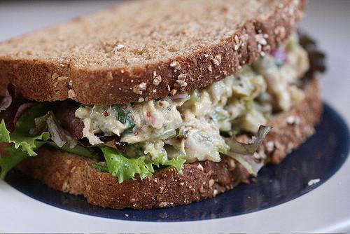 žitný chléb s rybí pomazánkou a salátem