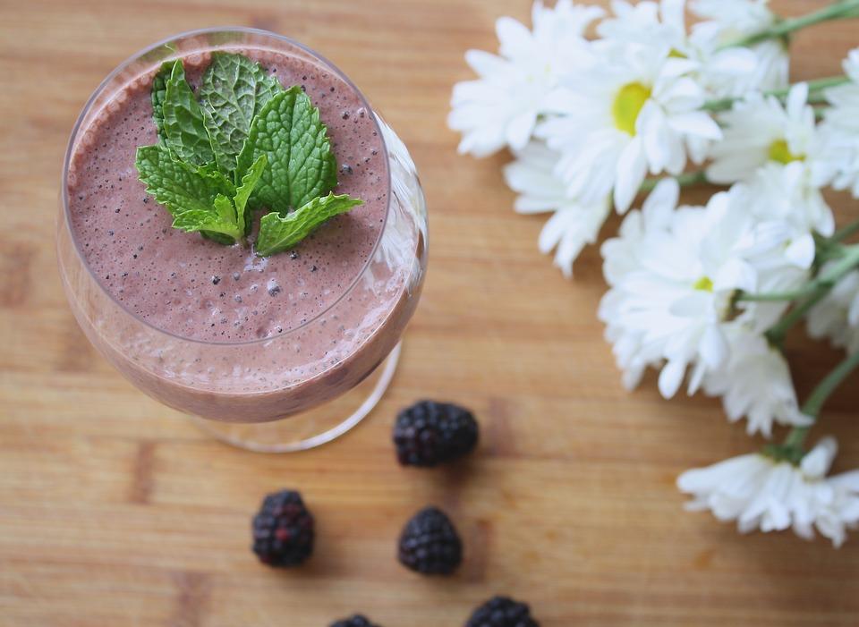 jogurtové smoothie s lesním ovocem