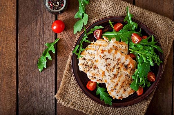 kuřecí steak s rukolou a rajčatem