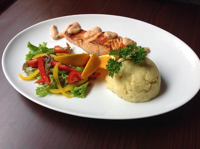 losos s bramborovou kaší a zeleninovou oblohou