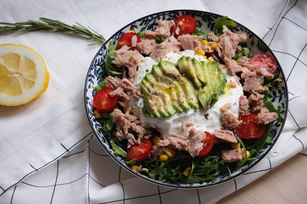 Salát s tuňákem, kukuřicí, avokádem a fazolemi