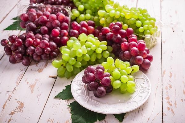 bílé a červené hroznové víno