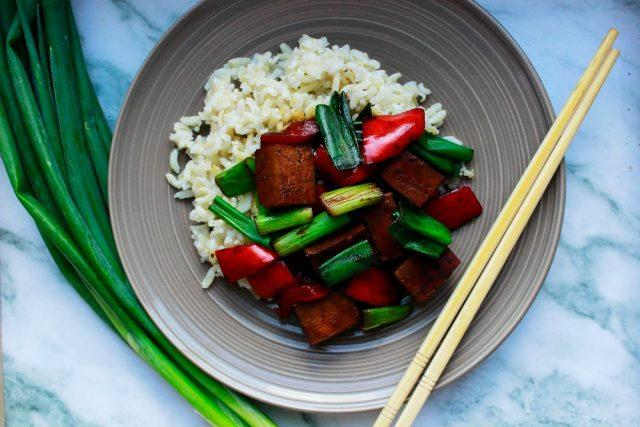 čína z tofu se zeleninou a rýží