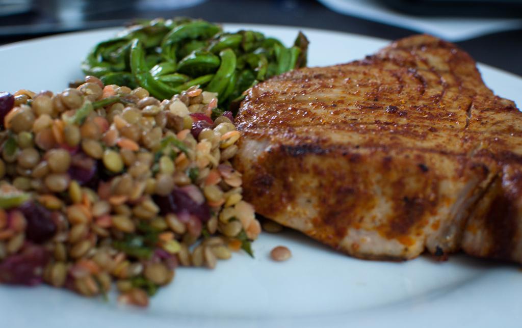 Pečený steak z tuňáka, čočkový salát a fazolky