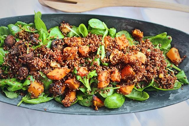 Salát s quinoou, špenátem a polníčkem