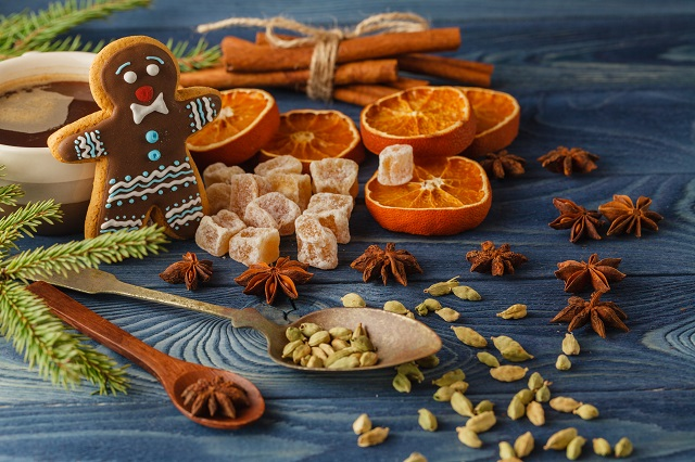 tradiční vánoční koření a oříšky