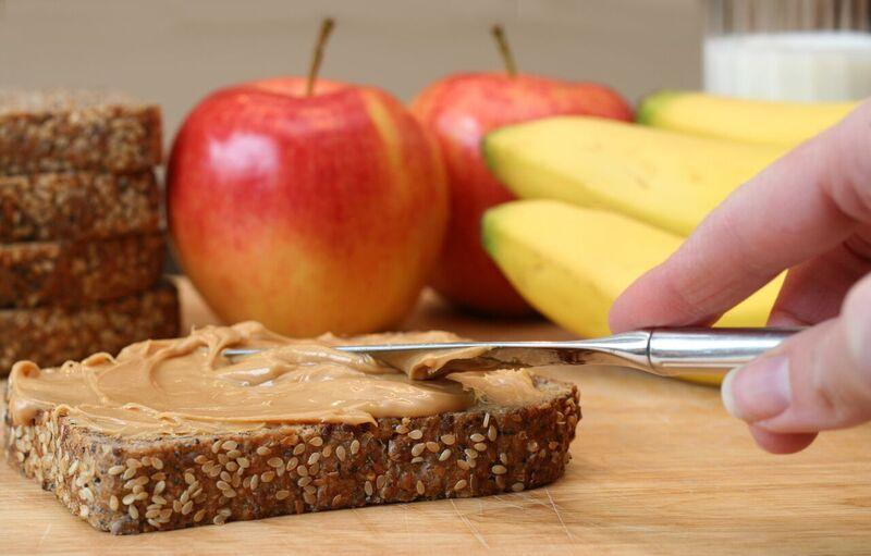 Celozrnný chléb s oříškovým máslem, jablko