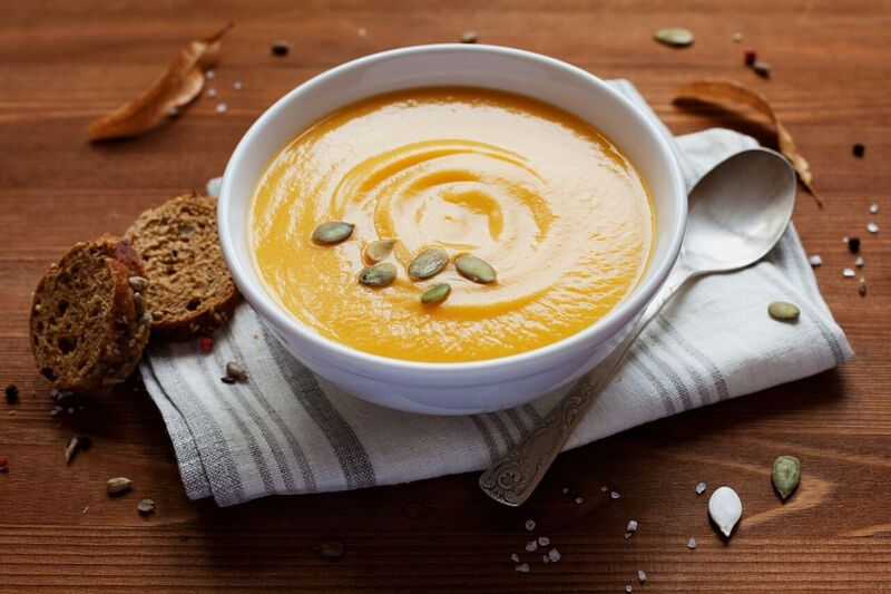 Dýňová polévka, celozrnný chléb