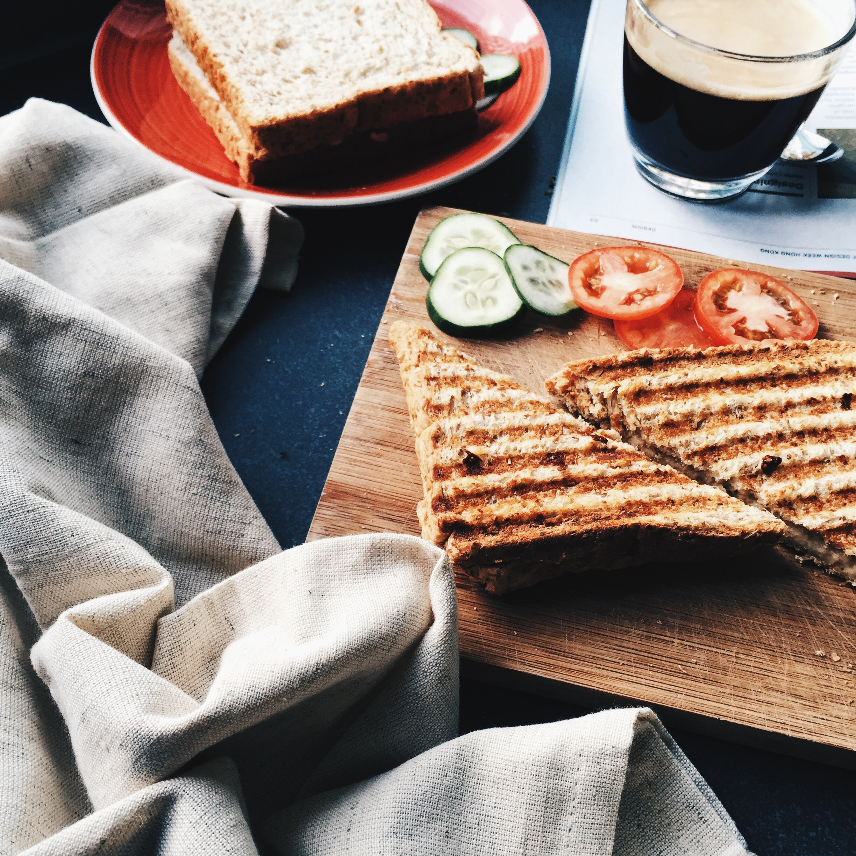 celozrnný toast se sýrem a zeleninou