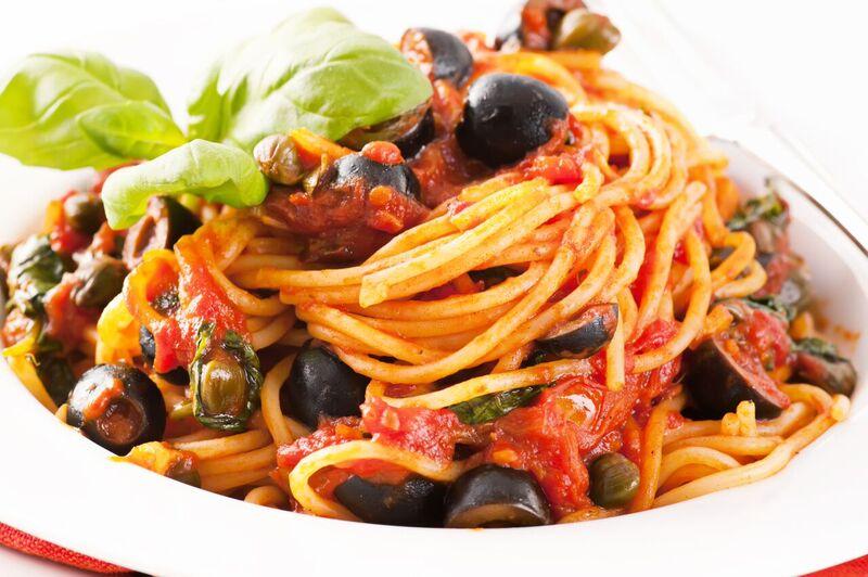 Celozrnné těstoviny s rajčatovou omáčkou a olivami