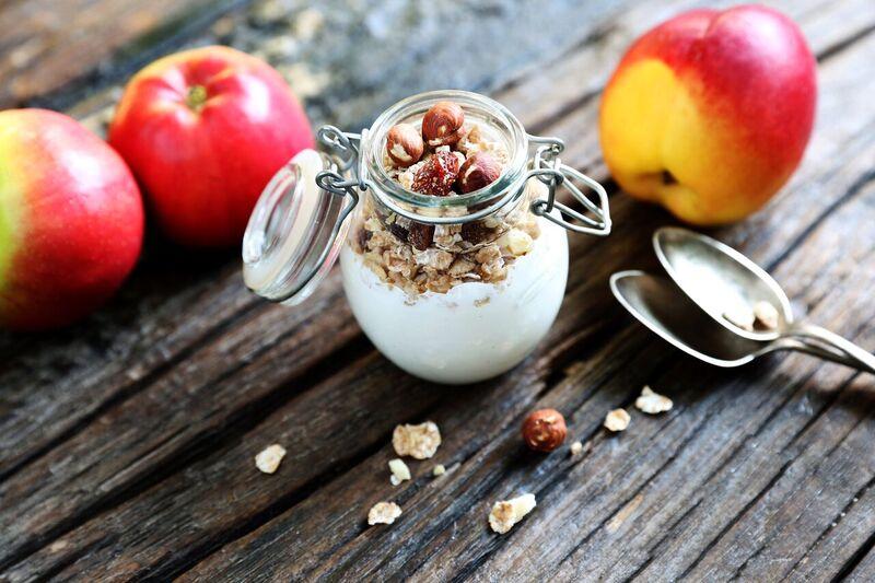 Jablko, bílý jogurt, hrst lískových ořechů