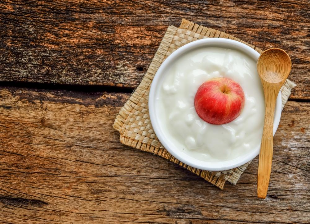 bily-jogurt-s-jablkem