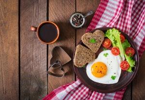 celozrnny-chleb-s-vejcem-a-zeleninou