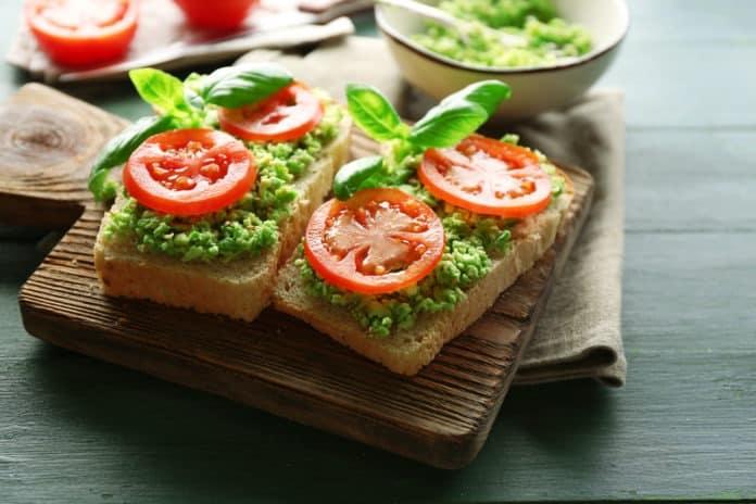 celozrnny-chleb-s-avokadem-a-rajcaty