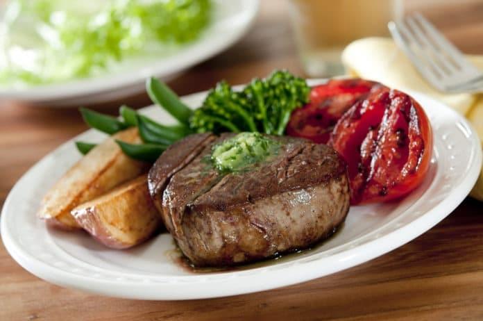 hovezi-steak-s-grilovanou-zeleninou-a-pecenymi-bramborami
