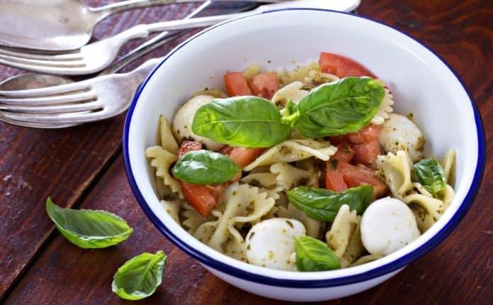 kukuricne-testoviny-s-mozzarellou-rajcaty-a-bazalkovym-pestem
