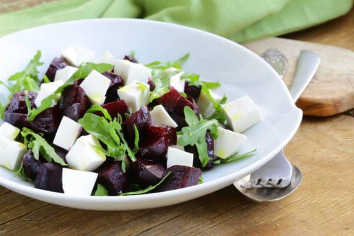 salat-s-cervenou-repou-a-kozim-syrem