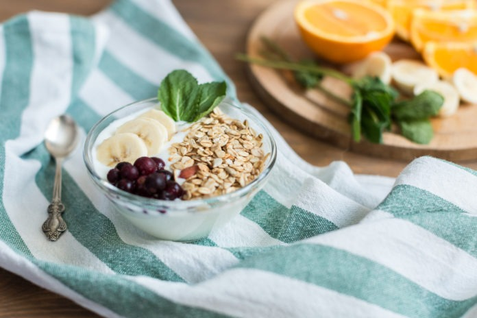 bílý jogurt s ovocem a ovesnými vločkami