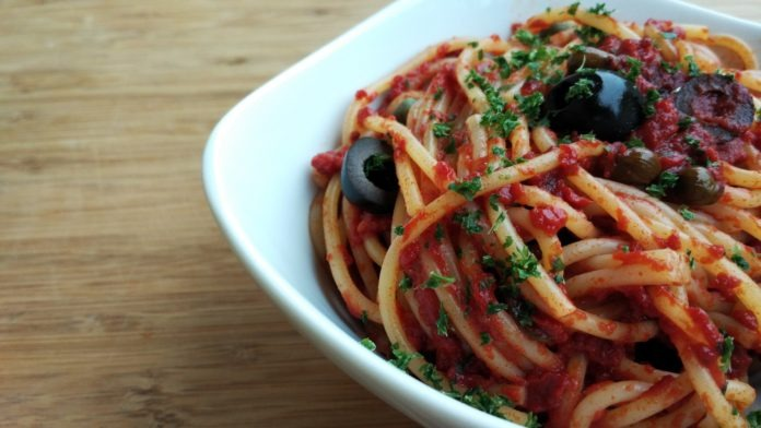 celozrnné špagety s rajčatovou omáčkou a olivami