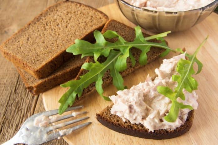 celozrnný sendvič s tuňákem a rukolou