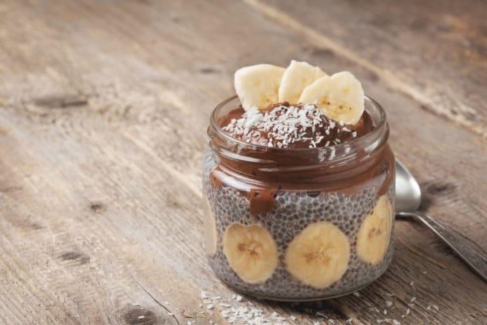 chia pudink s holandským kakaem, banánem a kokosem
