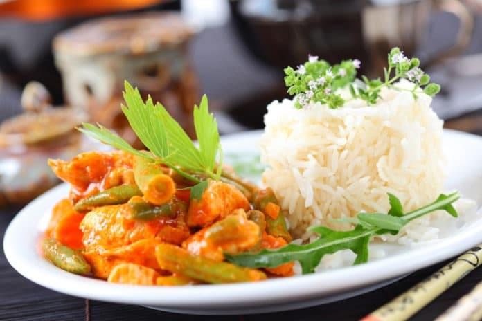 kuřecí kousky na kari s celozrnnou rýží a zeleninou