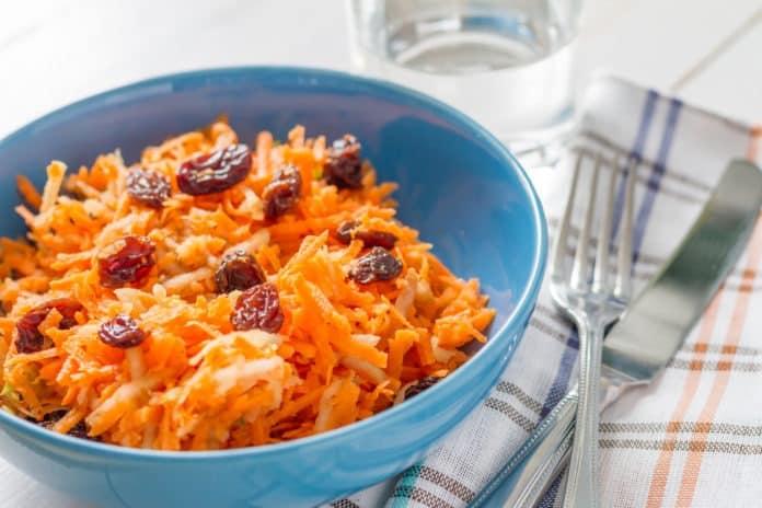 mrkvový salát s rozinkami