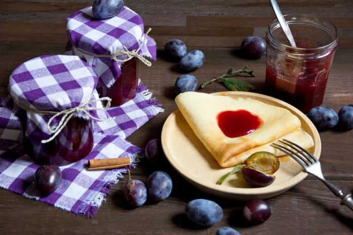 ovesné palačinky s domácím džemem a ovocem