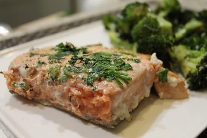 pečený losos s brokolicí