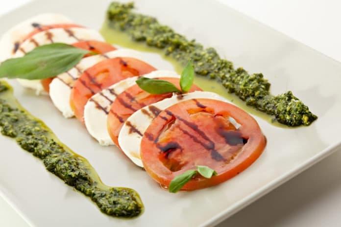 rajčata s mozzarellou a bazalkovým pestem